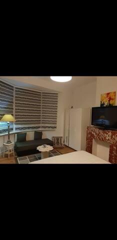 Chambre prive avec un petit salon confortable