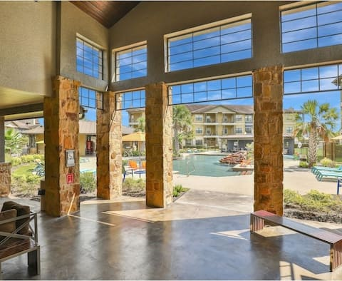 1Bed/2Bath luxury apartment. Fully furnished. Free wifi.. Access to fitness center and pool. Free private parking garage. 15 mins from IAH airport. Instant access to freeway.