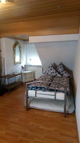 Zimmer in zentraler Lage in Stuttgart (ohne Küche)