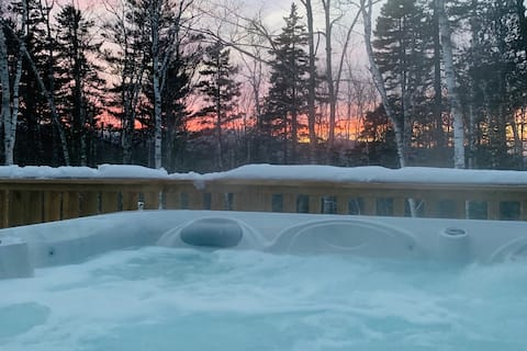 HOT TUB! Outdoor fun! Staycation Paradise!