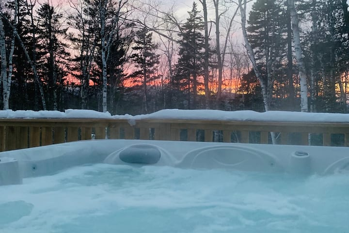 HOT TUB! Outdoor fun!! Staycation Paradise!