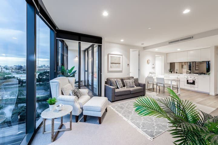 LUXURY with BEST City View 2 bed, 2 bath & Parking