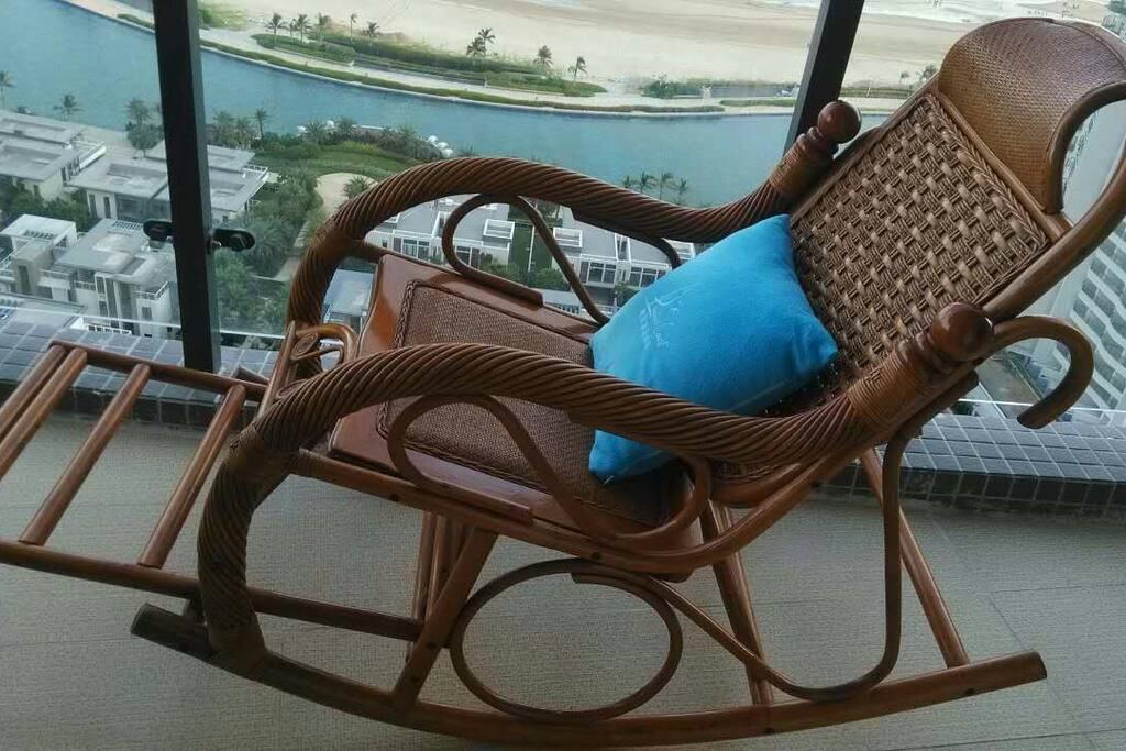 阳台摇椅听海