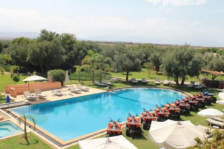 Domaine enchanteur avec piscine et jacuzzi