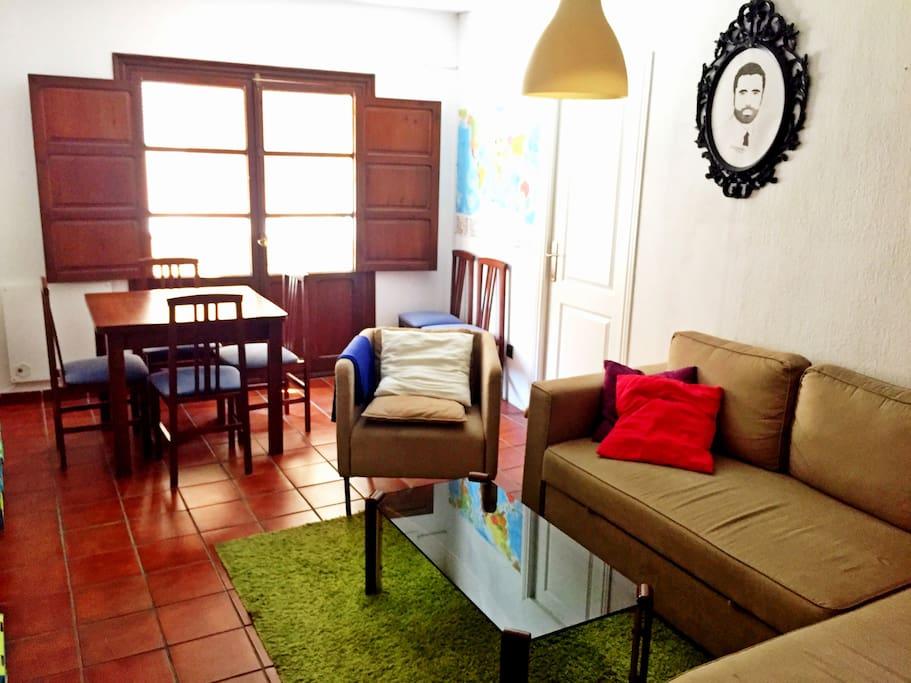 Salón con mesa extensible y seis sillas, sillón y sofá / Living-room containing extensible table with six chairs, armchair and sofa
