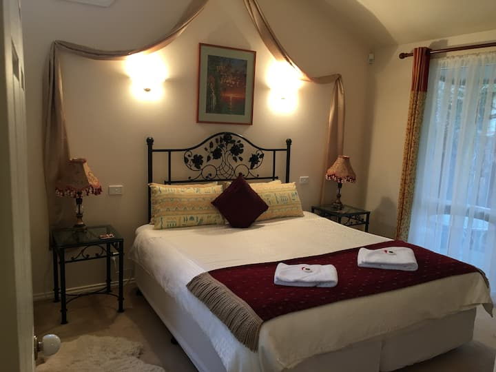 Weeroona Bed & Breakfast (Tuscan Villa)