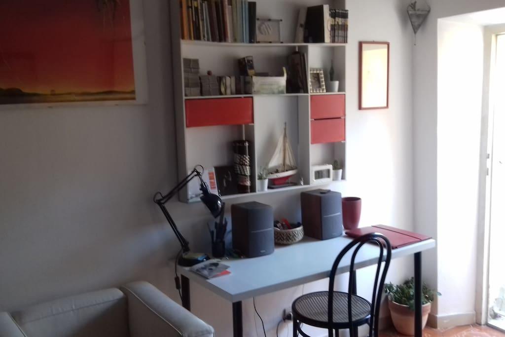 Dettagli di una delle due camere, scrivania || First rooms details, the desk