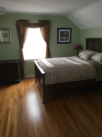 2 cozy rooms in private house close to SU/ Upstate