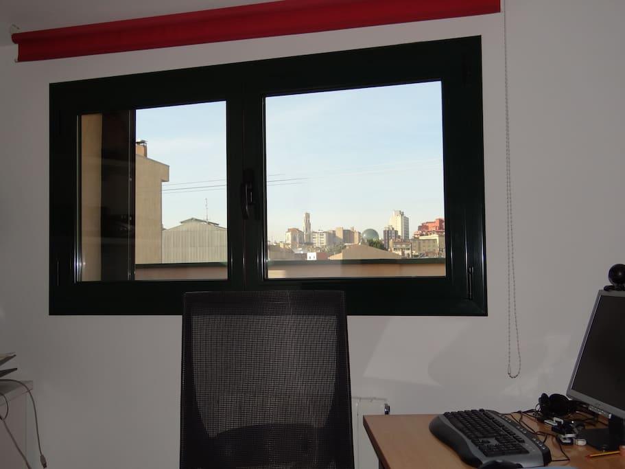 Zona de trabajo en piso dúplex (mesa, silla, PC, monitor 19', inpresora y conexión  fibra 50 mb)