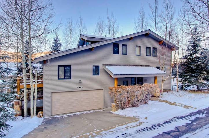2431 Nansen Ct: Beautifully remodeled 5 bedroom home. 2 minutes to lifts! Private Hot Tub!