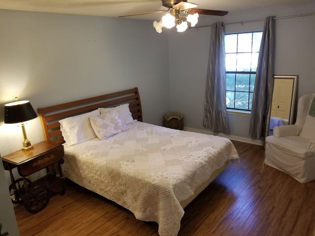 Quiet, Comfortable Room with Queen size bed