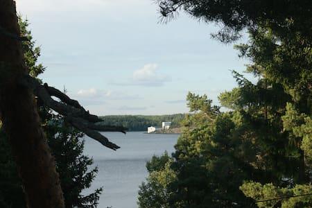 Enkel mysig stuga med fin sjöutsikt nära Stockholm - Färingsö