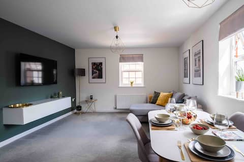 Stunning two-bed apartment with free parking