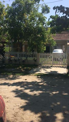Frente da casa com garagem para 1 carro