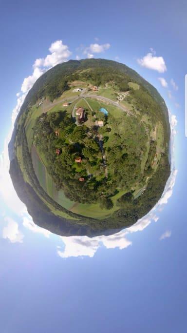 Foto aérea da pousada.