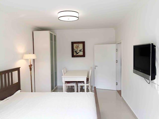 SuperHost's Private Bedroom apt, near Sanlitun,CBD