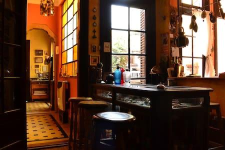 Casa céntrica, arte, musica y antiguedades.
