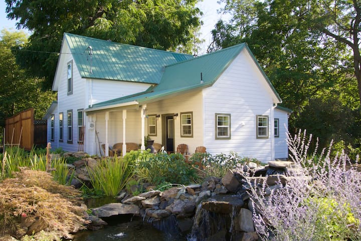 Historic Country Farmhouse on Creek - Milton-Freewater - Talo