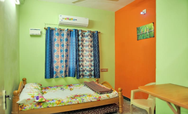 Pleasant 1BHK. 25 mins Airport/AC/WiFi/TV/KITCHEN.
