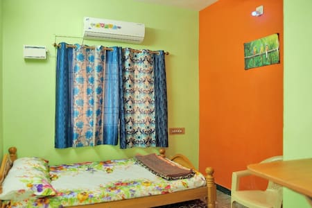 Homestay 1BHK. 25 mins Airport/AC/WiFi/TV/KITCHEN.