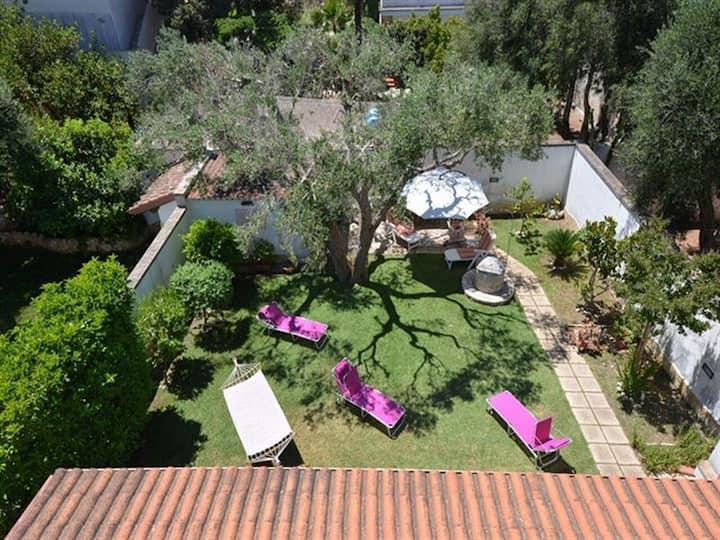 Appartamento per le vacanze con ampio giardino e terrazza sul tetto; parcheggio disponibile; animali domestici ammessi