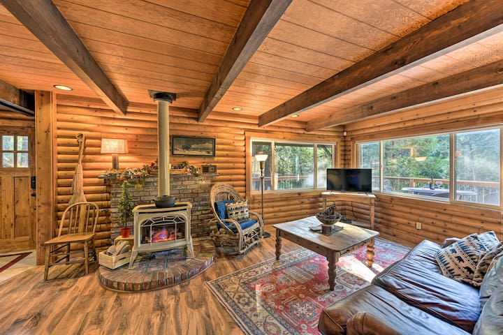 NEW! 'Amber Cabin' w/ Hot Tub, Near Top Vineyards!