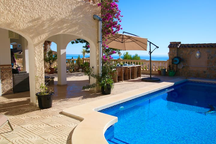 Villa with private pool for 10 guests