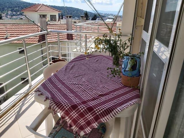 Cesme Merkezde deniz gören çift balkonlu Geniş ev