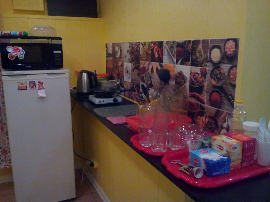 Мини кухня с плиткой и комплектом посуды