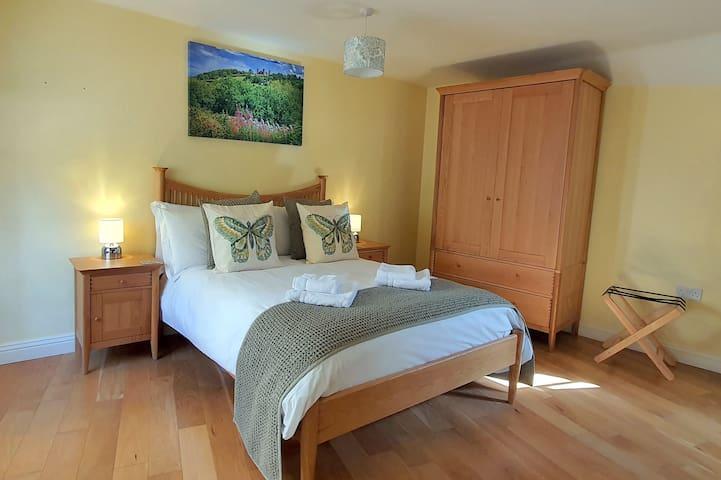 Clock Cottage - King bedroom with en-suite