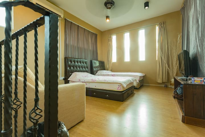 Bright attic room, with cable TV, 2 MIN TO AIRPORT - kota kinabalu - Talo
