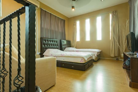 Bright attic room, with cable TV, 2 MIN TO AIRPORT - kota kinabalu