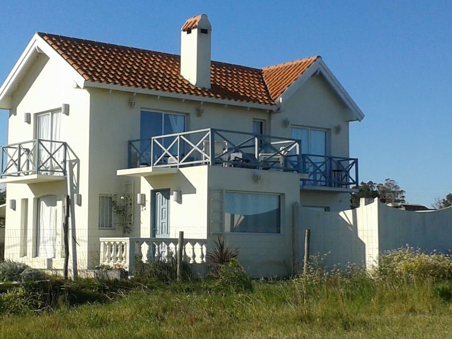 Fachada de la casa con sus terrazas y balcones con vista al mar