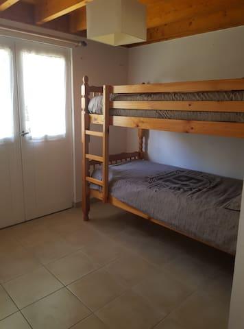 chambre 2 (2 lits 90 superposés)