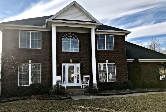 Large Private Home, 6 miles from Churchill Downs