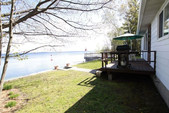 Waterfront Cozy 3 Bedroom Cottage on Lake Simcoe - Innisfil - Бунгало