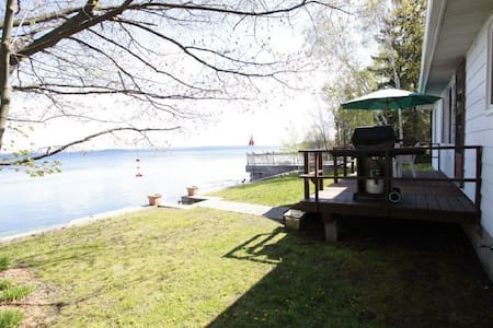 Waterfront Cozy 3 Bedroom Cottage on Lake Simcoe - Innisfil - 小木屋