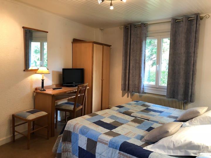 Hotel familial - Chambre deux lits baignoire
