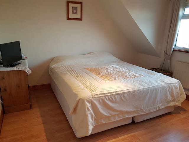 Spacious rooms in private rural home (PR3 6AS)