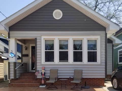 Anchors Away Cottage is a GREAT Downtown Location