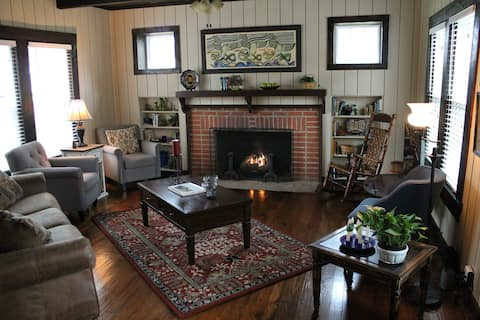 Cleveland Cottage - Convenience and Character
