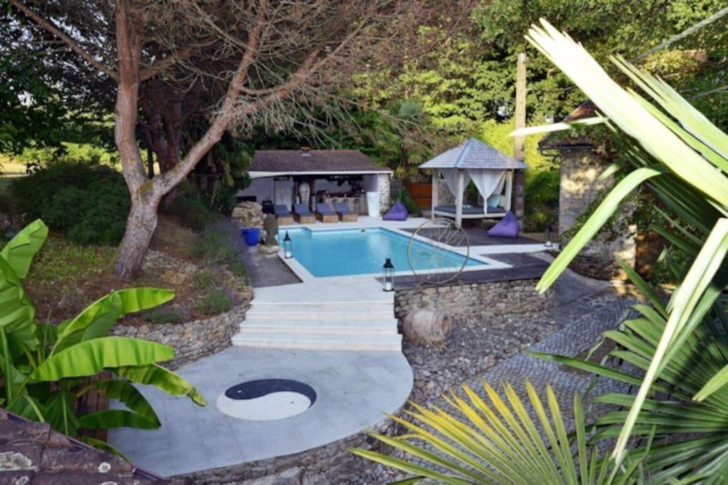 vue sur la piscine et son pool house