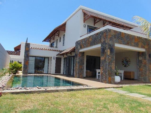 Cosy family villa, 3 bedrooms near splendid beach