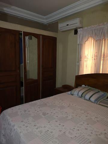 Chambre à coucher N° 1 équipée d'un climatisateur