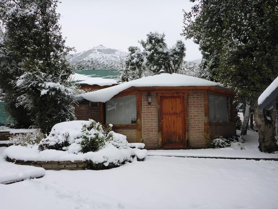 Atrás, la confitería giratoria del Cerro Otto vista desde la cabaña.