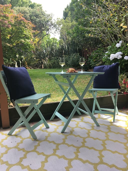 Little garden just for our guests, you can relax, read your book or have a glass of wine in the cool shade. Perfect after a busy day out exploring Waiheke!