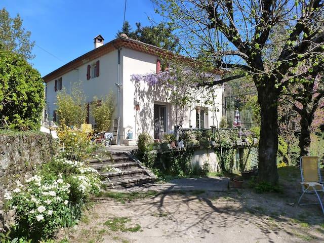 Chambre dans maison de maître avec jardin arboré