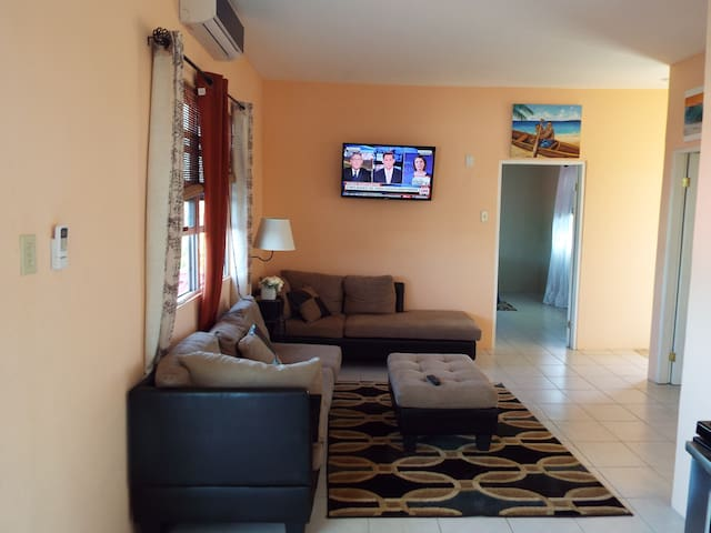 LAKEVIEW CONDO. FREE WIFI. CLOSE TO AIRPORT.