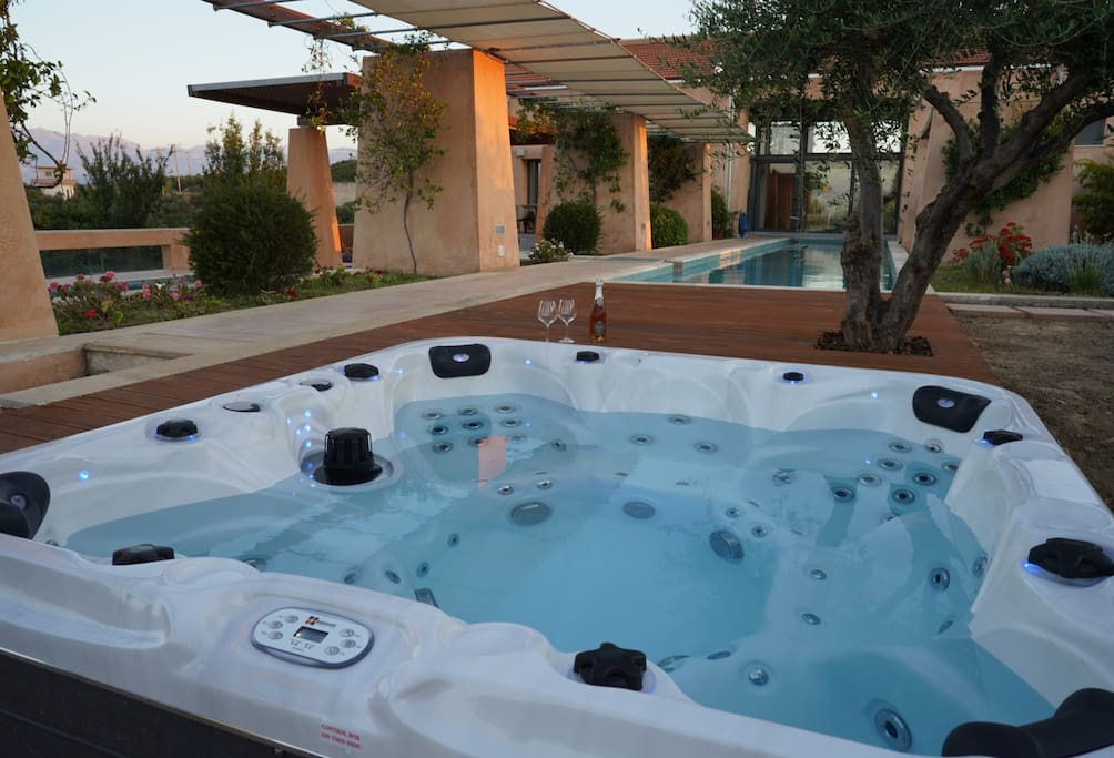 OUTDOOR HOT TUBE, 7 SEAT
