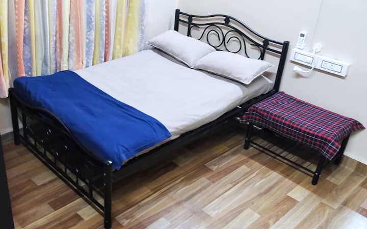 Couples & Locals allowed! Clean & Private AC room